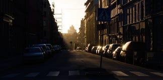 Восход солнца рано утром, солнце светит на припаркованных автомобилях Стоковое Изображение RF