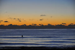 Восход солнца серфера над океаном Стоковое фото RF
