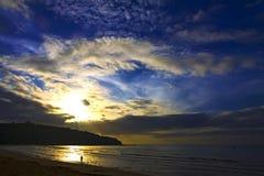 Восход солнца с горой силуэта пляж Krut запрета пляжа Стоковые Фотографии RF