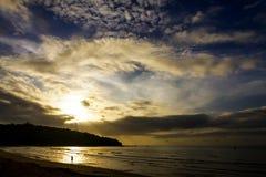 Восход солнца с островом силуэта пляж Krut запрета пляжа, Стоковая Фотография RF