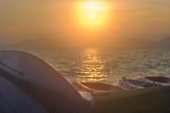 Восход солнца с шлюпкой каяка на тропической предпосылке пляжа Стоковые Фото