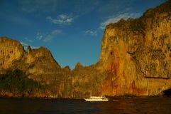 восход солнца тайский Таиланд phi ландшафта острова шлюпок волшебный Стоковое Изображение RF