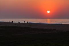 Восход солнца утра прибоя пляжа рыболовства Стоковые Фото