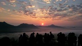 Восход солнца людей силуэта наблюдая Стоковые Изображения RF
