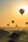 Восход солнца Bagan с воздушным шаром стоковые фотографии rf