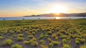 Восходящее солнце над держателем Rinjani, Индонезией как увидено от другого острова, принятого в Lombok, Индонезия стоковые фото