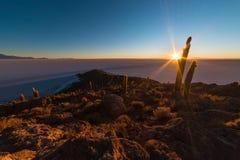 Восходящее солнце над солью плоским, Боливией Uyuni Стоковое Изображение
