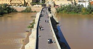 Восходящий взгляд на римском мосте Cordoba акции видеоматериалы