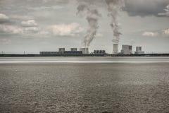 восходящий поток теплого воздуха электростанции индустрии экологичности Стоковая Фотография RF