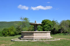 Восьмиугольный фонтан перед церковью Сан Bonaventura Стоковые Фотографии RF