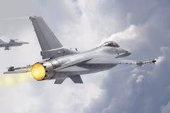 Воюя двигатели сокола F-16 (модели) летают через облака стоковое фото rf