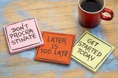 Воюя промедление - комплект мотивационных примечаний стоковая фотография