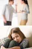 Воюя родители и унылая маленькая девочка стоковое фото rf