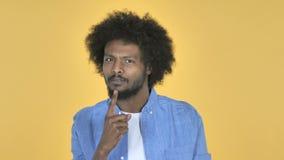 Воюя сердитый Афро-американский человек на желтой предпосылке сток-видео