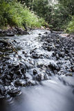 Вода бежать через утесы Стоковая Фотография RF