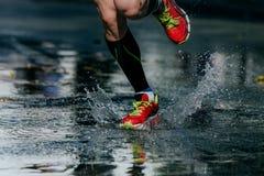 Вода брызгает из-под своих идущих ботинок Стоковое Изображение