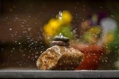 Вода брызгая на камнях Стоковое Изображение