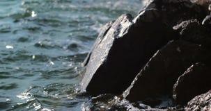 Вода брызгая ногу на скале видеоматериал