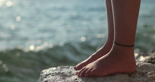 Вода брызгая ногу на скале сток-видео