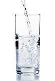 Вода брызгая от изолированного стекла Стоковое Изображение