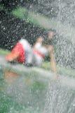 Вода брызгая против девушки стоковое изображение rf