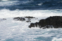 Вода, волны разбивая над утесами Стоковые Фото