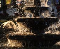 Вода выплеска от яркого фонтана Стоковое Изображение
