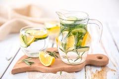 Вода вытрезвителя огурца и Розмари лимона Стоковое Изображение RF