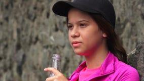 Вода в бутылках испытывающей жажду девушки выпивая Стоковая Фотография RF