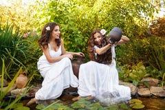 Вода девушки лить от кувшина Стоковое Изображение