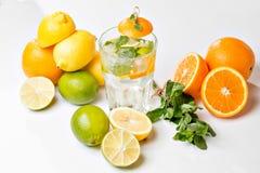 вода лета льда питья цитруса carafe померанцовая Традиционный лимонад с мятой и льдом лимона на белой таблице Взгляд сверху с мяг Стоковые Изображения RF