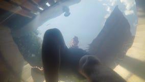 Вода джакузи, человек получая внутри сток-видео
