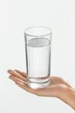 Вода здоровье диетпитания принципиальной схемы пить Рука женщины держа Gla стоковые изображения
