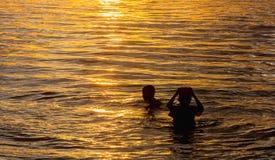 Вода игры детей в море стоковое фото