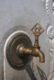 Вода из крана в каменной стене. Стоковые Фотографии RF