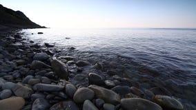 Вода и камешки бирюзы пляжа берега спокойных океанских волн идилличные видеоматериал