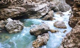Вода и утесы в ущелье Khadzhokhsky Республика Adygea, России стоковые фото