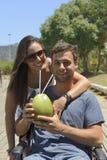 Вода кокоса пар выпивая стоковые изображения
