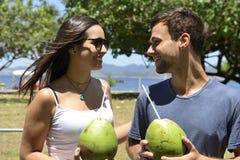 Вода кокоса счастливых пар выпивая стоковые изображения