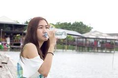 Вода красивой девушки dinking стоковая фотография rf