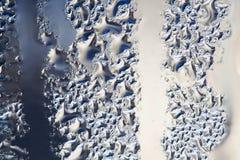Вода клокочет взгляд макроса Абстрактная жидкость формирует капельки поле глубины отмелое Голубая бежевая предпосылка градиента Стоковые Фото