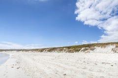 Вода моя вверх на белом песке с целью острова; Gal стоковые фотографии rf