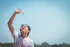 Вода молодого человека лить Стоковые Изображения
