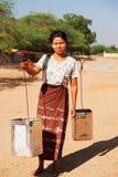 Вода нося молодой бирманской женщины Стоковые Изображения RF