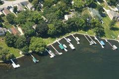 Вода озера свойств портового района прибрежной полосы озера вида с воздуха живущая Стоковое Изображение RF