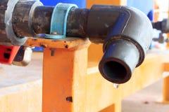 Вода падает от водопроводного крана Стоковая Фотография RF
