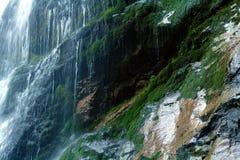 Вода падая от камня Стоковые Фотографии RF