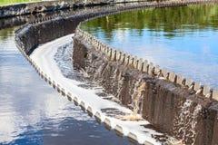 Вода переполняя от поселенцев водоочистки Стоковые Изображения