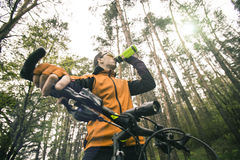 Вода питья велосипедиста от бутылки Стоковые Фотографии RF