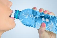 Вода питья женщины Стоковое фото RF